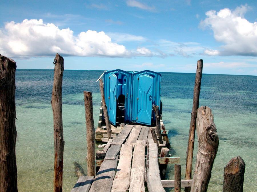 Toilet nhỏ bé này nằm trên một bãi cát trắng dài khi du khách rảo bước trên lối đi bằng gỗ giản dị. Với dòng nước biển trong vắt của đảo San Blas chảy bên dưới, dù đang giải quyết nhu cầu cá nhân, du khách vẫn sẽ cảm nhận được bầu không khí yên bình tuyệt vời của vùng đất nhiệt đới này.