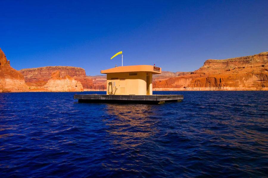 Các nhà quản lý tại khu chèo thuyền hồ Powell ở Arizona vẫn luôn trăn trở vấn đề du khách giải quyết nhu cầu ngay vào hồ và vùng biển xung quanh. Do vậy, họ đã tạo ra những toilet nổi và thả trên mặt hồ. Giờ họ đã không còn lý do gì để biện hộ cho hành động hủy hoại môi trường công cộng của mình nữa.