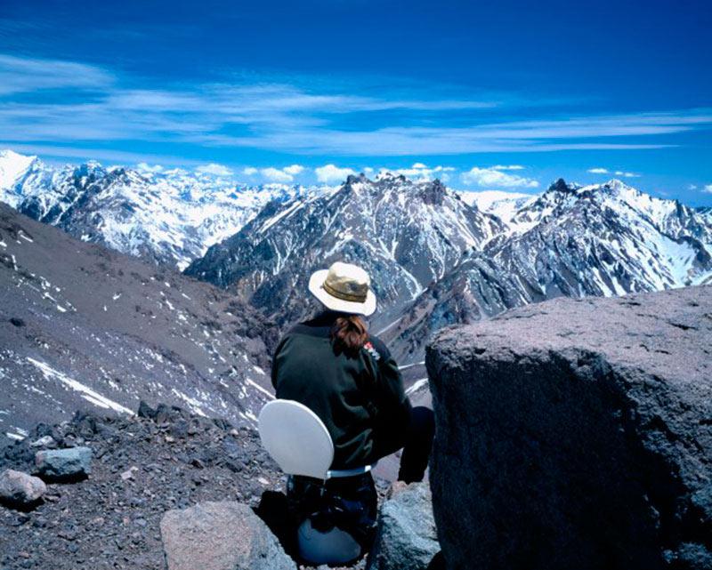 Nằm biệt lập dưới một hòn đá to lớn, nhà vệ sinh độc đáo này tọa lạc trên ngọn núi cao lớn nhất bán cầu Tây với khung cảnh tuyệt đẹp trên đỉnh núi hùng vĩ.