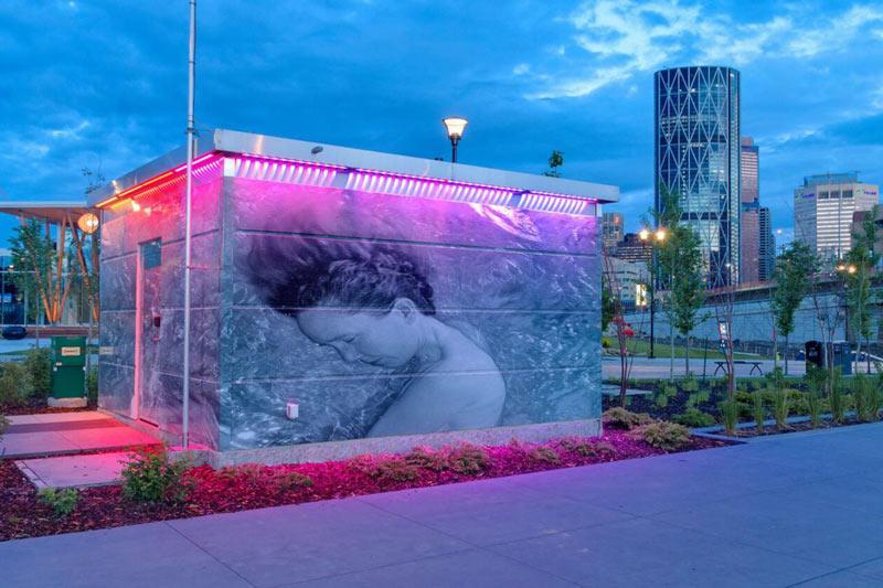Khu toilet công cộng kỹ thuật cao có thể tự động dọn dẹp ở Calgary có giá trị lên tới 125.000 đô la. Bù lại, nơi đây có hệ thống giấy vệ sinh tự thay, bồn rửa tay hiện đại, máy sấy khô và khả năng tự xả nước. Tuy nhiên, du khách sẽ không thể hưởng thụ quá lâu vì cửa sẽ tự động mở sau 10 phút.