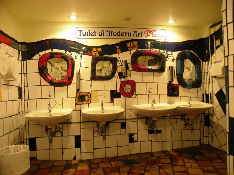 """Đây là một tác phẩm khác của nghệ sĩ Friedensreich Hundertwasser. Toilet nghệ thuật đương đại ở Vienna phục vụ với tốc độ cực nhanh nằm trong làng Kahle ở """"khu trung tâm mua sắm mạo hiểm""""."""