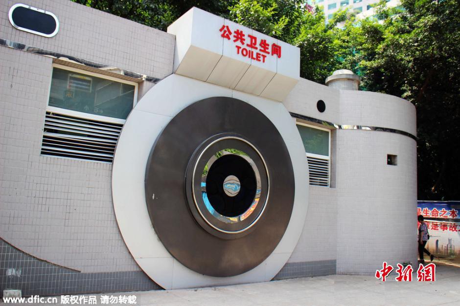 Bạn sẽ không bao giờ quên được toilet công cộng với hình dáng như một chiếc máy ảnh khổng lồ tại tỉnh Trùng Khách - địa điểm bán sỉ các loại máy ảnh kỹ thuật số cực lớn.