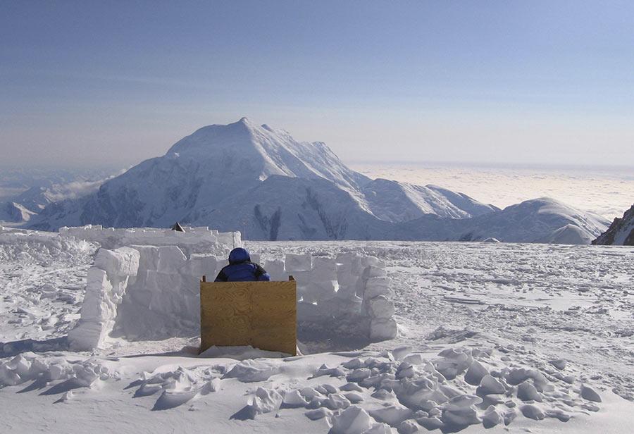 Tọa lạc ở độ cao hơn 4.200 m so với mực nước biển, núi McKinley thu hết vào tầm mắt cảnh quan thiên nhiên của núi băng tuyết Foraker tuyệt đẹp gần đó.