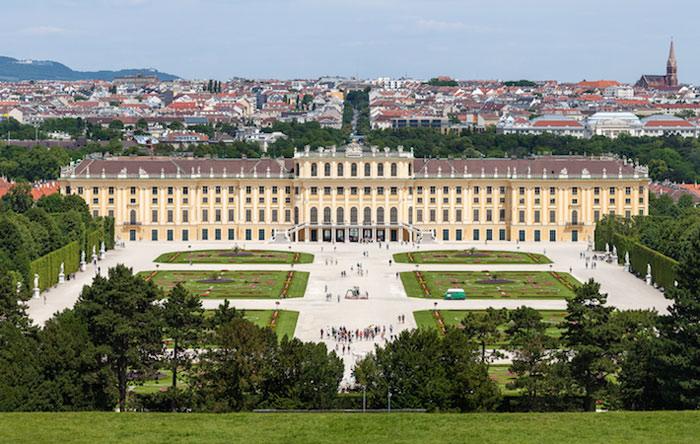 Cung điện Schonbrunn do kiến trúc sư Johann Bernhard Fischer von Erlach nối tiếng xây dựng