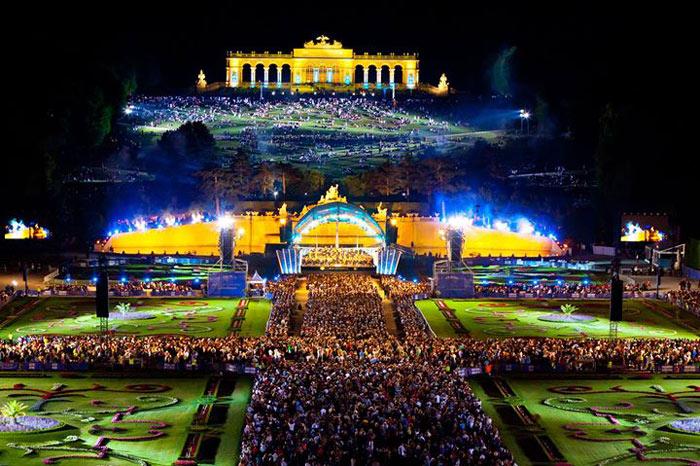 Ngày nay Schönbrunn trở thành điểm du lịch nổi tiếng bậc nhất của Áo nói riêng và Châu âu nói chung, cũng là nơi tổ chức các sự kiện văn hoá quan trọng của người dân Vienna.