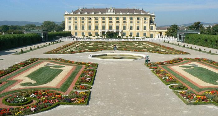 Cung điện là nơi nghỉ ngơi vào mùa hè của hoàng gia Áo vì thế cung điện này còn được gọi là Cung điện mùa hè