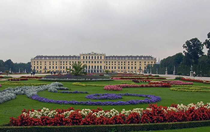 Vườn hoa được chăm sóc, tỉa tót và trồng những loài màu sắc với những hồ nước đẹp thơ mộng trong sân của cung điện.