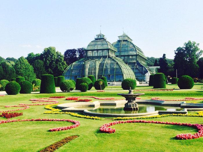 Trên khu đồi cạnh vườn Great Parterre, kiến trúc sư Fischer tài ba đã xây dựng khu tiểu đình Gloriette.