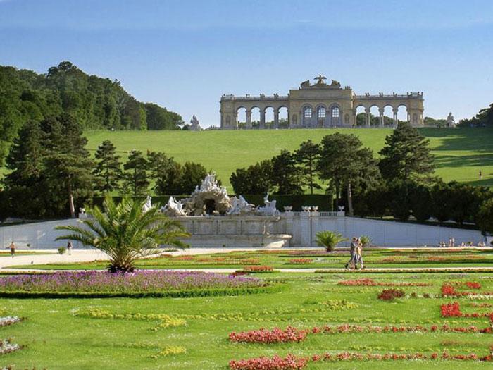 Chính điều này mới khiến cho vườn hoa của cung điện thật sự là một tác phẩm nghệ thuật sắp đặt tuyệt vời – một bức tranh hoa khổng lồ tô điểm cho thành phố.