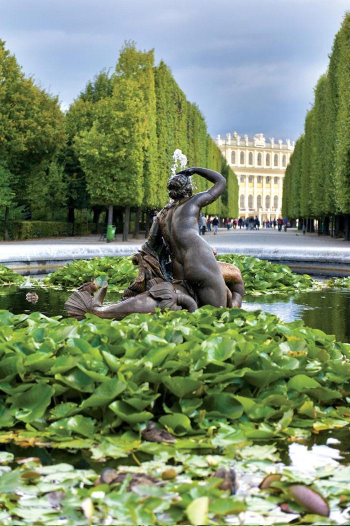 Hồ  nước đẹp thơ mộng trong sân của cung điện