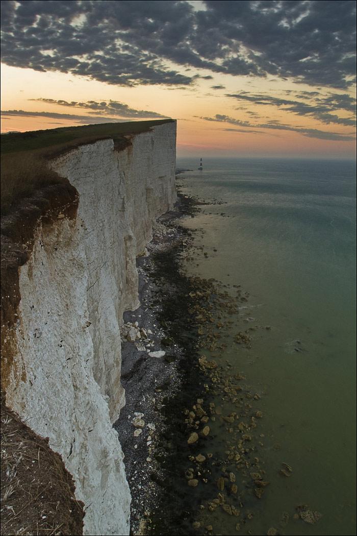 """Beachy Head là vách đá cao nhất ở nước Anh – 162m. Độ cao này là """"lý tưởng"""" cho các vụ...tự tử. Đây là 1 trong những nơi có nhiều vụ tự tử nhất thế giới."""