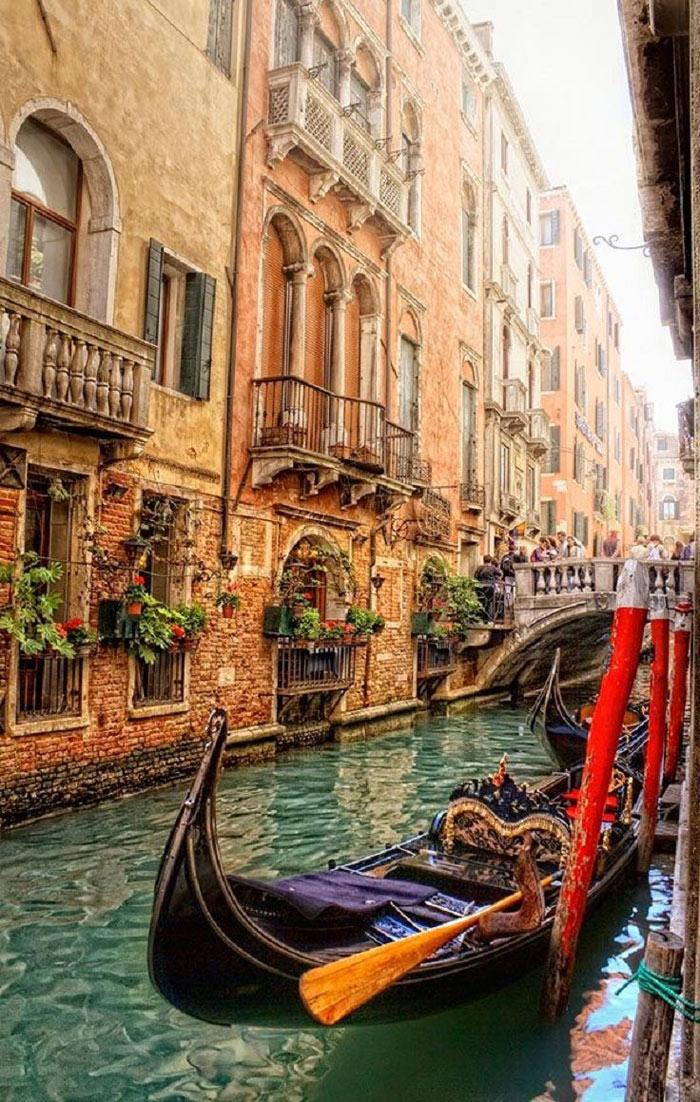 """Đối với các cặp tình nhân, Venice là """"thánh địa tình yêu"""" mà ai cũng mơ ước một lần trong đời được đến và trải nghiệm. Nằm ở phía Đông Bắc của Italia, có thể hình dung Venice giống như một mạng nhện khổng lồ được tạo thành bởi 118 đảo và 175 kênh đào, các đảo nối với nhau bởi 444 cây cầu."""