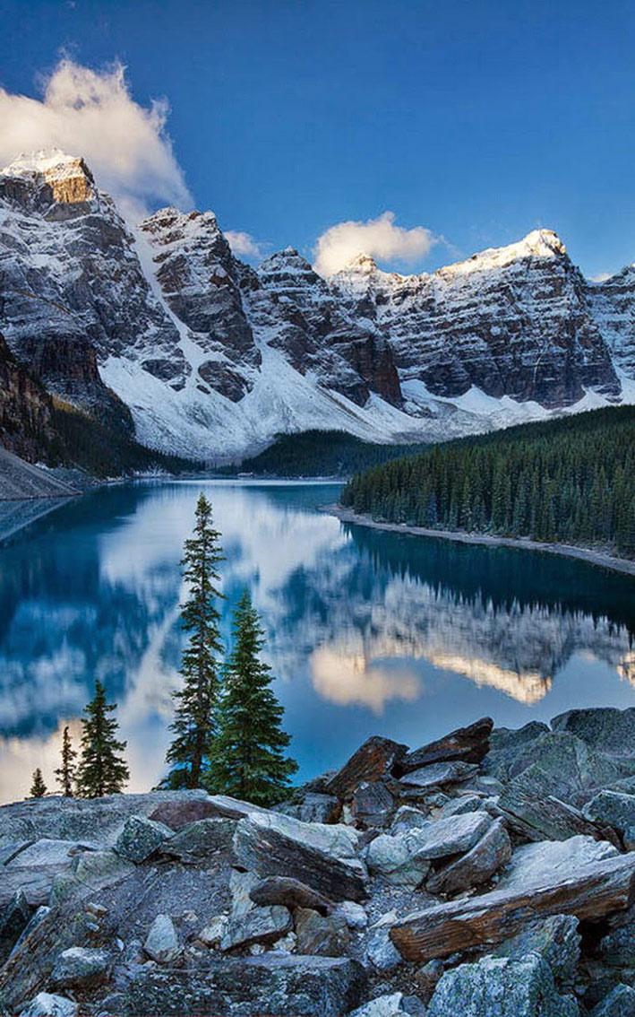 Ten Peaks là một trong những điểm đến thu hút khách du lịch nhất Canada. Thung lũng nổi tiếng thế giới này gây chú ý không chỉ với 10 đỉnh núi mà còn có hồ nước màu xanh ngọc bích Moraina cực kì xinh đẹp. Đỉnh núi thấp nhất cũng cao tới gần 3000m.