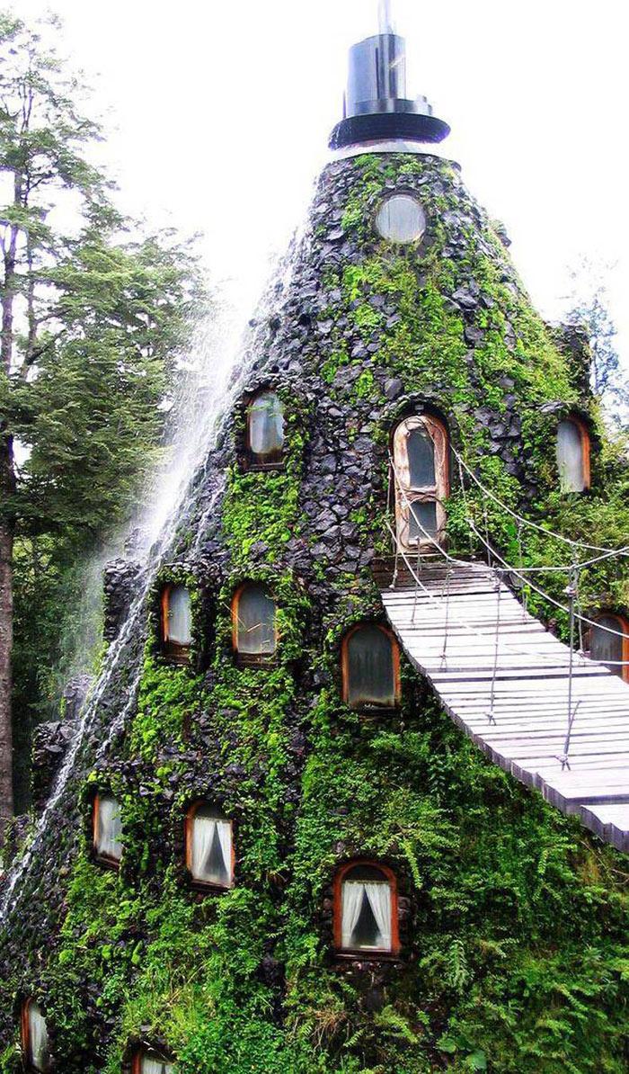 La Montana Magica được thiết kế vô cùng tinh xảo trong lòng của ngọn núi lửa nhân tạo. Khách sạn này có tất cả 13 phòng đầy đủ tiện nghi của một khu nghỉ dưỡng cao cấp: phòng nghỉ, spa, nhà hàng, quầy bar, tắm hơi và sân golf mini.