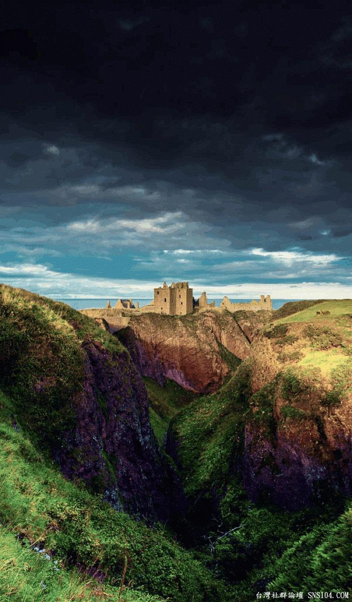 """Tòa lâu đài DunBroch trong bộ phim """"Brave"""" của Disney cũng chính là phiên bản hoạt hình của lâu đài Dunnottar tại Stonehaven (Scotland). Lâu đài nằm khá biệt lập trên một mỏm đá bên biển, mang vẻ đẹp huyền bí."""