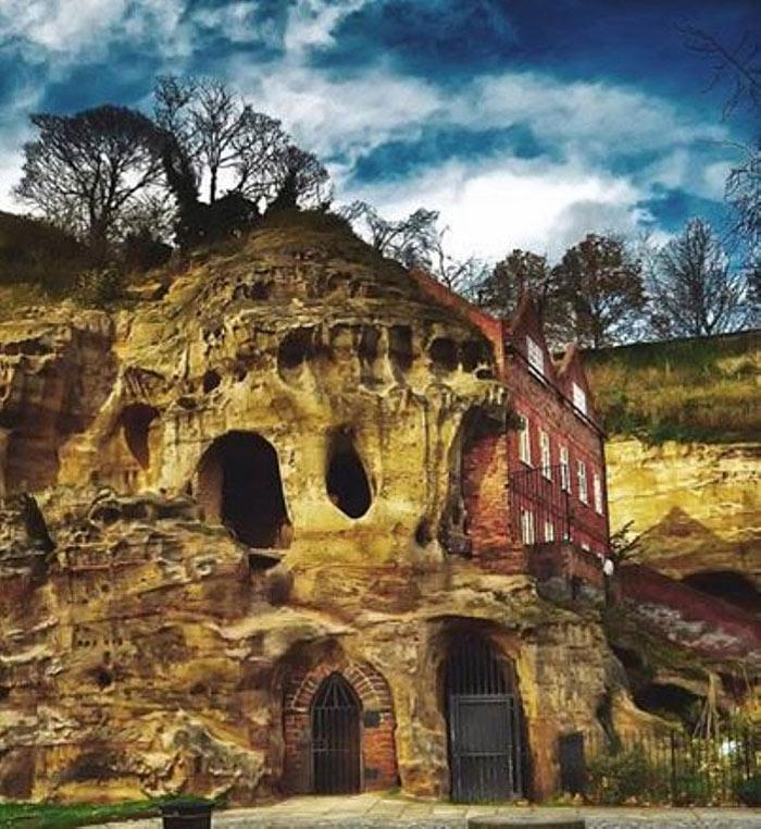 Ngay dưới lòng đất của thành phố Nottingham, nước Anh, là cả 1 thế giới bí ẩn đang chờ được khai phá. Nơi đây từng là nhà tù nổi tiếng vào thế kỷ 14 giam giữ một vị vua và rồi thế kỷ 19 người ta biến nó thành nơi hành nghề của các đồ tể. Không phải ai cũng tiếp cận được với hệ thống hơn 450 hang động bằng đá sa thạch này. Hầu hết chúng đều nằm ngay dưới tòa lâu đài Nottingham.