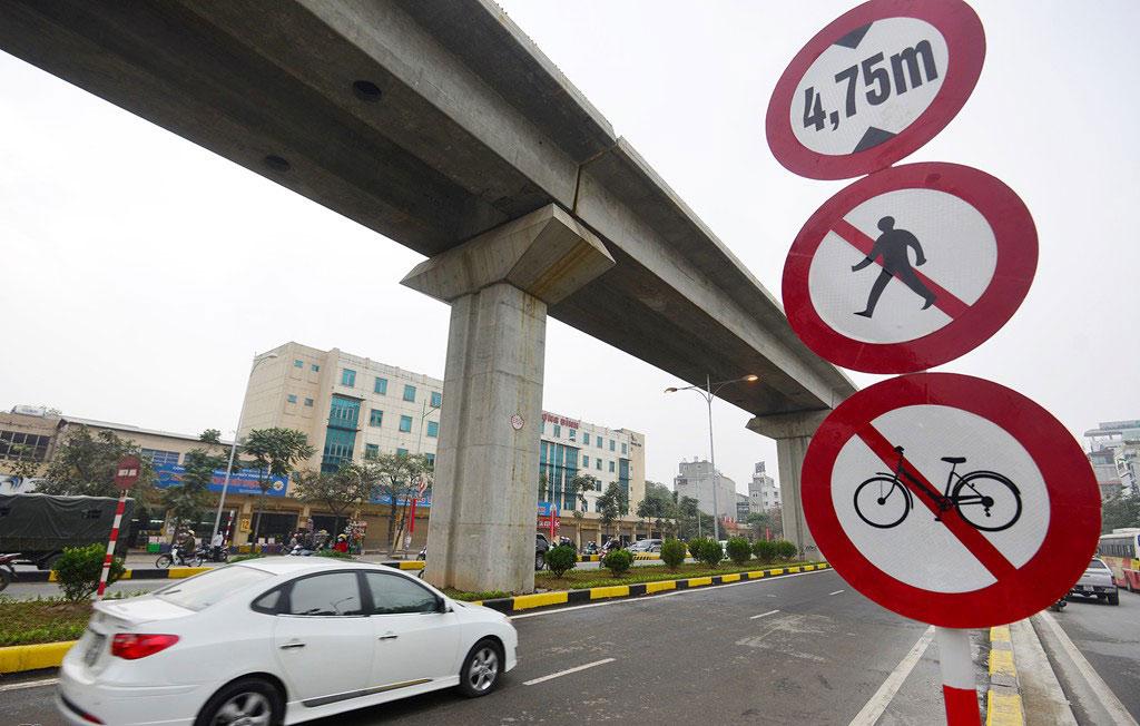 Các xe quá khổ trên 4,75 m, người đi bộ, xe đạp không được lưu thông qua hầm chui Thanh Xuân.