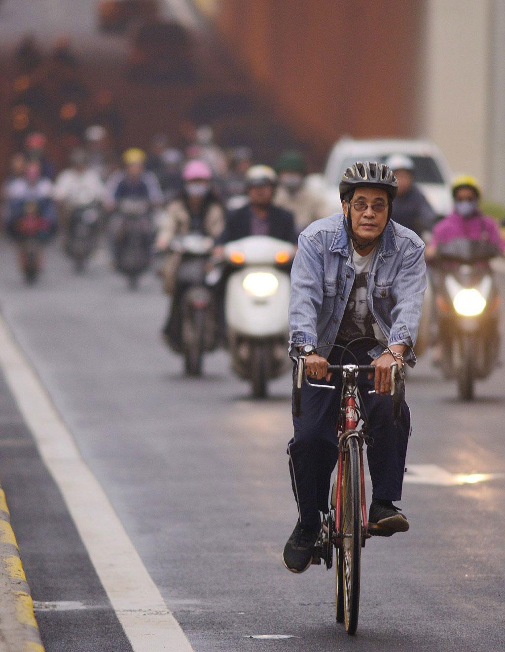 """Mặc dù bị cấm nhưng vẫn có người """"vô tình"""" đi xe đạp vào."""