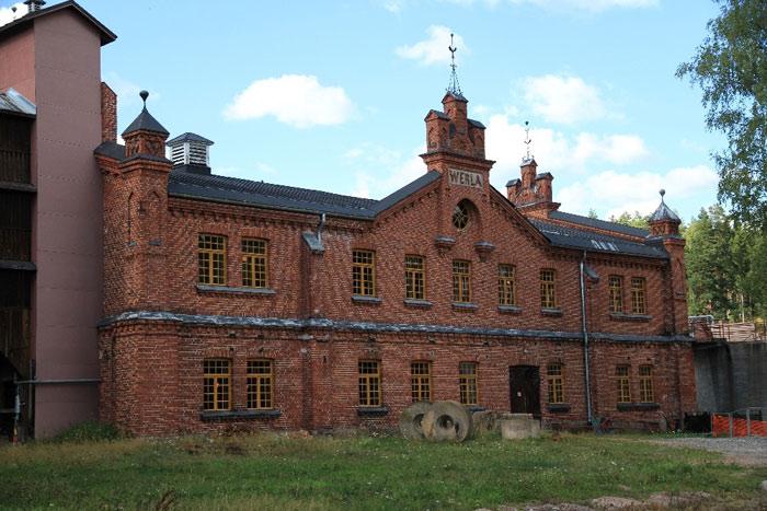 Ban đầu nhà máy được dựng lên hoàn toàn bằng gỗ khai thác được tại địa phương
