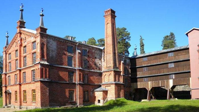 Sau hai trận hỏa hoạn gây thiệt hại lớn, nhà máy được dựng lại hoàn toàn bằng gạch đỏ không sử dụng nguyên liệu gỗ như ban đầu.