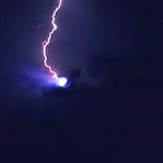 Vật thể hình cầu phát sáng dường như bị sét đánh trúng.