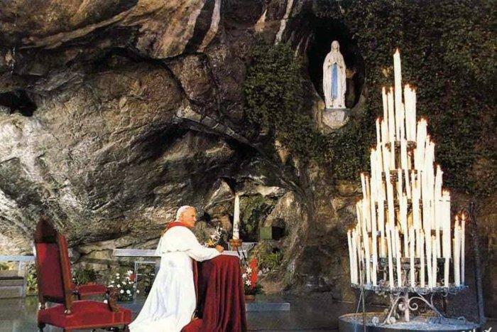 Hang đá nơi Bernadette gặp Đức mẹ Maria.