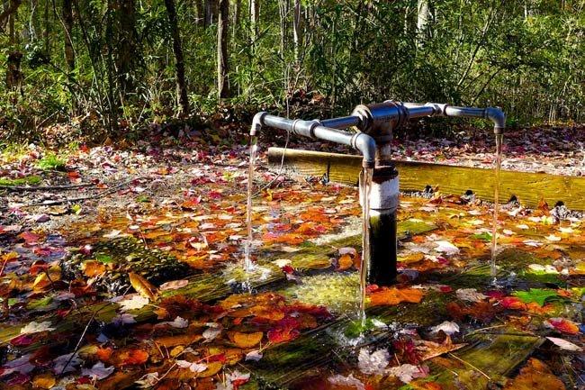 Dòng suối được lắp vòi để người dân tiện lấy nước.