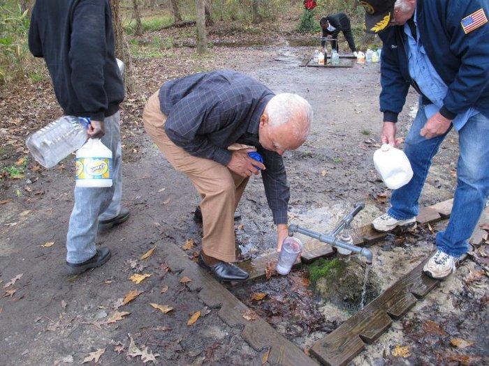 Hàng nghìn người đổ xô đến dòng suối để lấy nước mỗi năm.