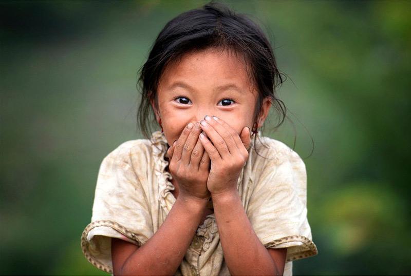 Một bé gái ở bản Nậm Khòa thẹn thùng trước ống kính.