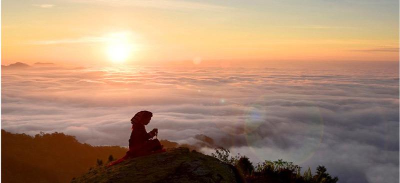 Bình minh trên đỉnh Chiêu Lầu Thi, độ cao 2.402 m.
