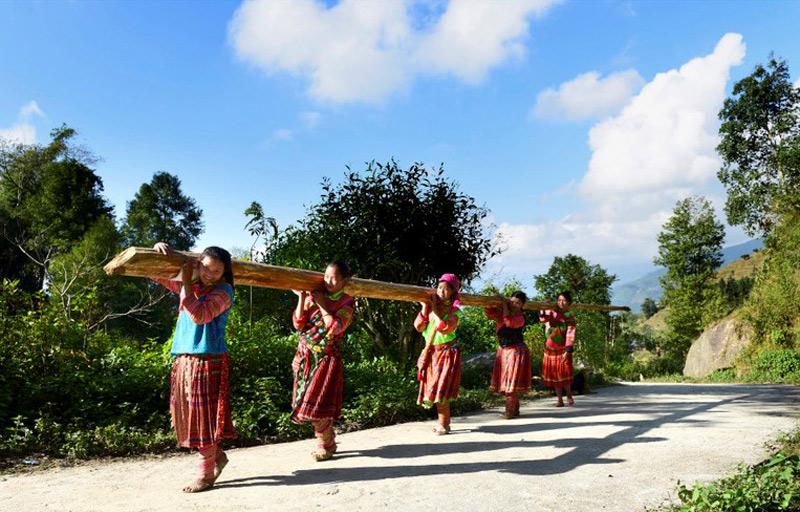 Những bước chân trên đường đi xây dựng nhà mới của dân tộc ở Tả Sử Choóng.