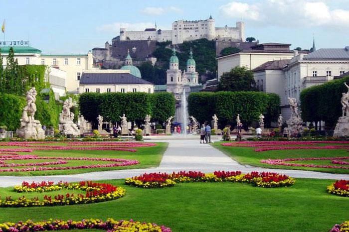 Salzburg là thủ phủ của tiểu bang Salzburg thuộc Cộng hòa Áo.