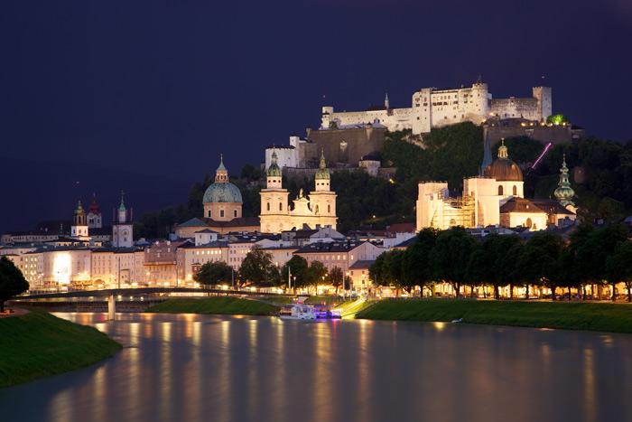 Salzburg còn được biết với tên thành phố của Mozart vì nhà soạn nhạc thiên tài Mozart đã sinh ra và sống nửa cuộc đời tại đây.
