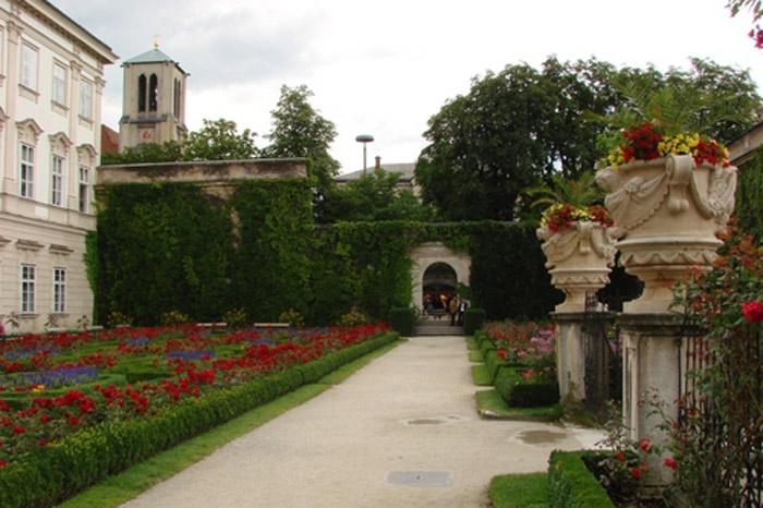 Hệ thống sân và vườn hoa quanh lâu đài Hellbrunn