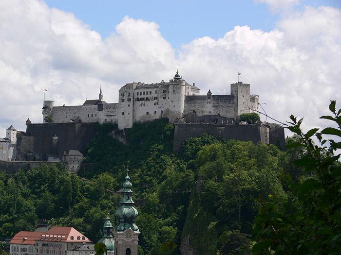 Biểu tượng của thành phố Salzburg là thành cổ Hohensalzburg.