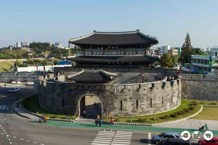 Thuộc địa phận thành phố Suwon, tỉnh Gyeonggi (Hàn Quốc), pháo đài và thành cổ Hwaseong được xây dựng vào thế kỷ 18.