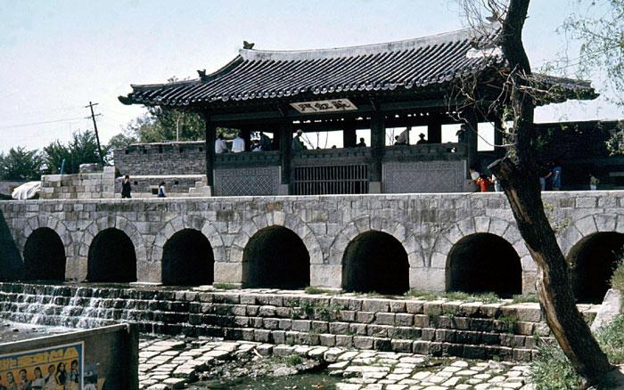 Gần cung điện Haenggung là điện thờ Hwaryeongjeon, xây dựng vào năm 1801, lưu giữ bức chân dung của vua Jeongjo.