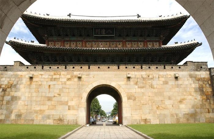 Công trình kiến trúc độc đáo này do KTS Jeong Yakyong - người đứng đầu trường phái Thực học ở Joseon bấy giờ thiết kế và chỉ huy thi công theo lệnh vua Jeongjo với mục đích bảo vệ lăng mộ của cha mình.