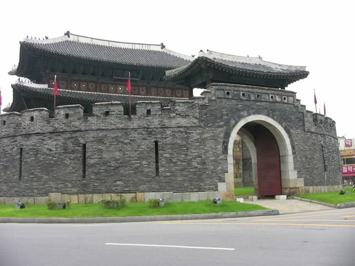 Vua Jeongjo muốn xây dựng Hwasong thành một pháo đài bất khả xâm phạm, không chỉ mang tính phòng thủ mà còn coi nơi này như là kinh đô phía Nam của đất nước.