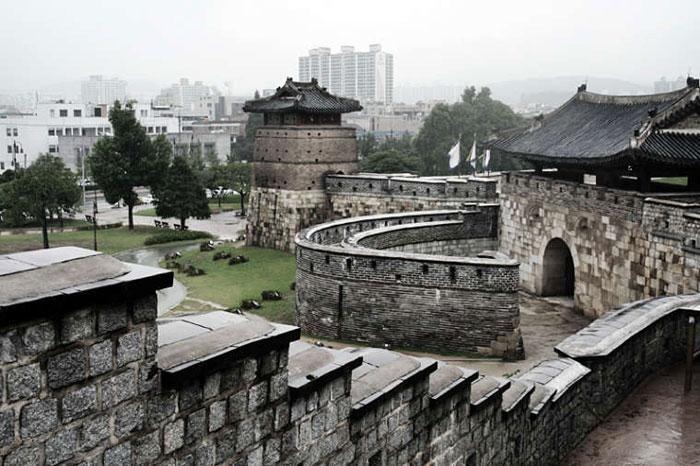 Sau khi hoàn tất, Hwaseong trở thành một quần thể kiến trúc đảm nhận các chức năng quân sự, chính trị và thương mại, vừa giúp vương triều Joseon trụ vững trước các cuộc tấn công của kẻ thù bên ngoài, vừa là cửa ngỏ để Triều Tiên thông thương mậu dịch với bên ngoài.