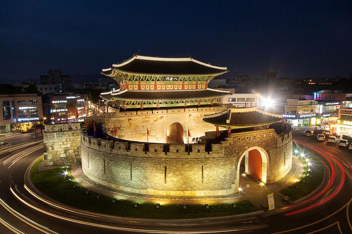 Năm 1997, Hwaseong được tổ chức UNESCO đưa vào danh sách Di sản văn hóa thế giới.
