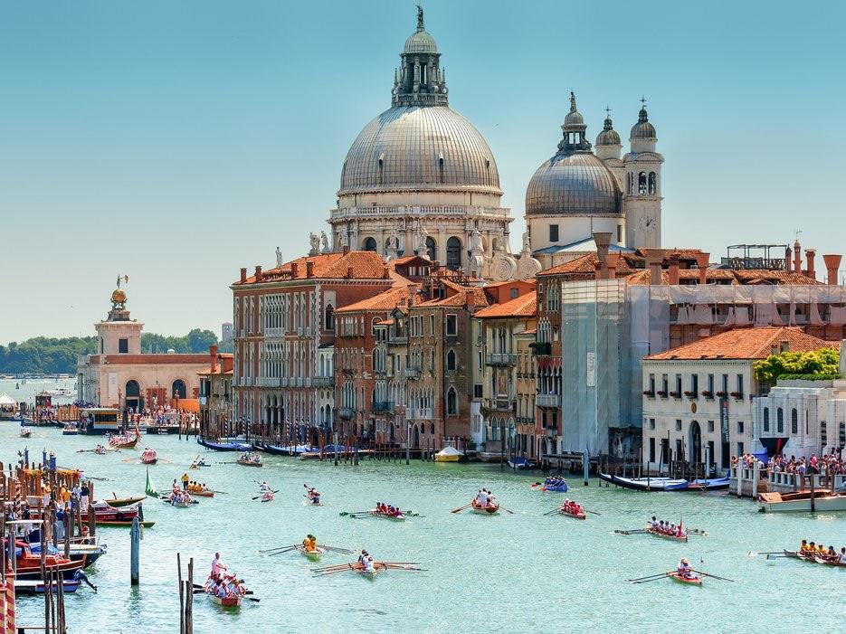 """Nếu đến Venice mà không bị lạc đường tức là bạn chưa đến Venice. Ngay cả khi bạn lái xe với GPS thì vẫn bị """"mắc bẫy"""" với những con đường quanh co. Hãy thỏa sức khám phá vẻ dễ thương của thành phố này."""