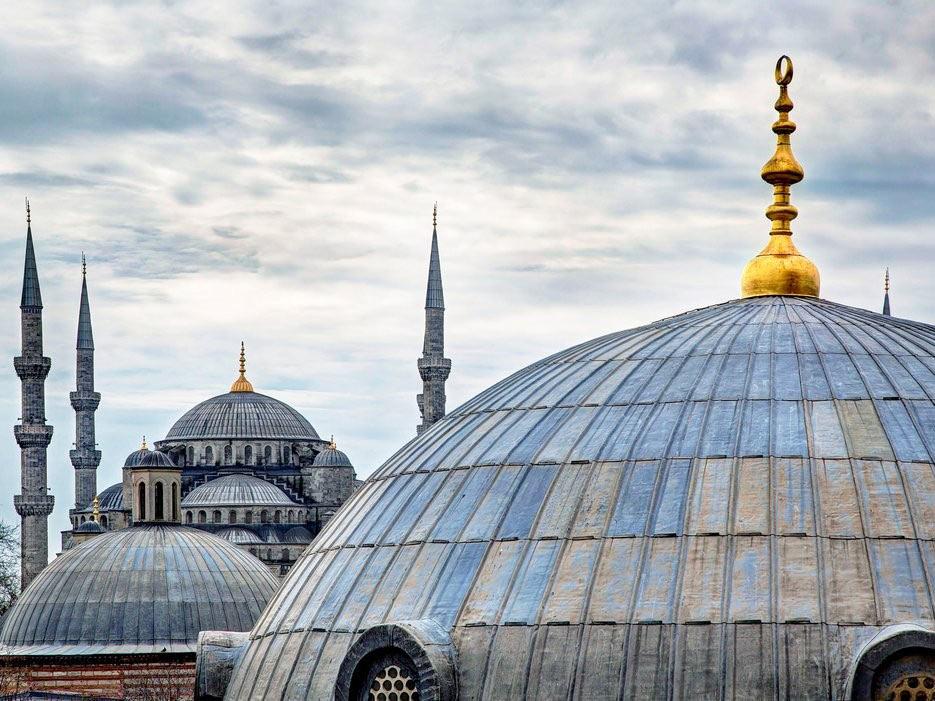 Đây là mảnh đất của văn hóa và kiến trúc. Du khách sẽ bị ấn tượng bởi thánh đường Blue Mosque hay Hagia Sophia, những mái vòm kiểu Byzantine, những mảnh ghép đầy màu sắc cùng những ngọn tháp từ thời Ottoman...