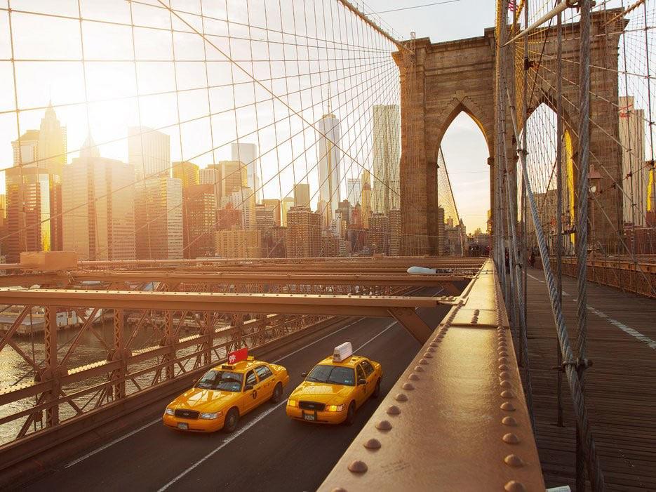 New York có vẻ đẹp đa dạng, từ kiến trúc lịch sử của tòa nhà Flatiron, One World Trade Center, đến cảm giác mềm chân khi bước trên thảm cỏ xanh trong công viên Central hay công viên Prospect, mùi các loại hạt rang thơm lừng ở các góc phố, tiếng nhạc jazz réo rắt phát ra từ Greenwich Village...