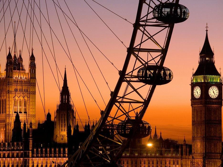London là một trong những thành phố sôi động nhất thế giới với bề dày lịch sử (tu viện Westminster), những thiết kế mang màu sắc hiện đại soi bóng bên dòng sông Thames (London Eye, The Gherkin). Nghệ thuật và văn hóa dường như vượt ra khỏi không gian thành phố. London ngày càng nhiều các phòng tranh nghệ thuật đương đại, các cửa hiệu lấp lánh...
