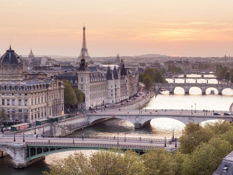 Đây là thành phố của sự lãng mạn với những giá trị lịch sử lâu đời. Những quán cà phê ken nhau bên những con phố trải sỏi, những người dân xinh đẹp sải bước dọc sông Seine, những khu vực nổi tiếng, biểu tượng của thành phố như Notre Dame, Sacre-Coeur, hay tháp Eiffel.
