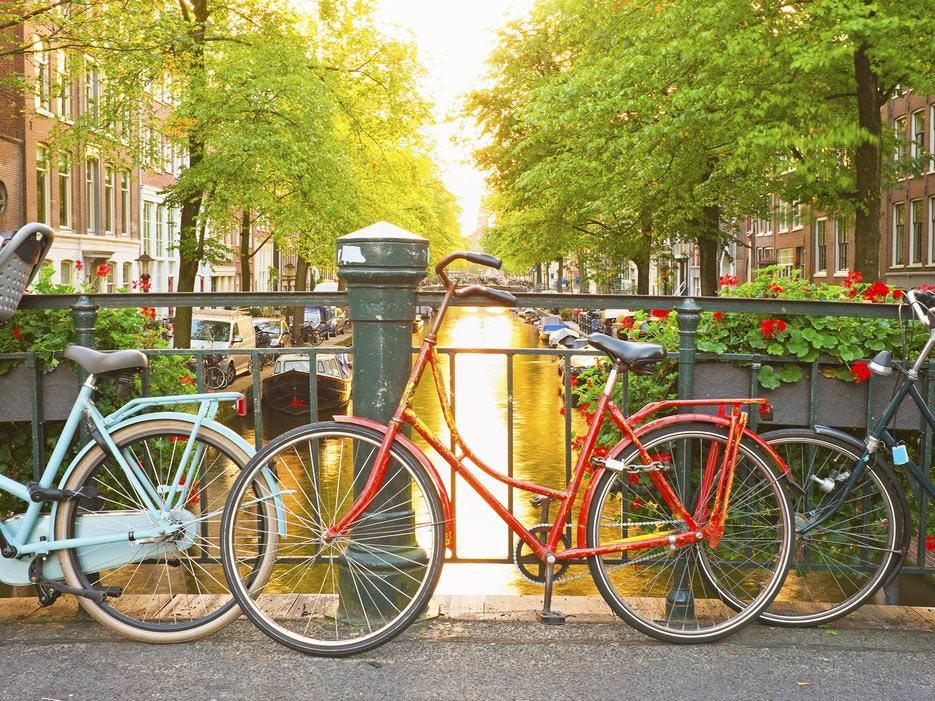Khu vực trung tâm thủ đô, Canal District được vinh danh là di sản thế giới năm 2010. Những cối xay gió, những chiếc xe đạp, món phô mai ngon tuyệt, các tác phẩm để đời của Van Gogh... là những đặc sản của thành phố này.
