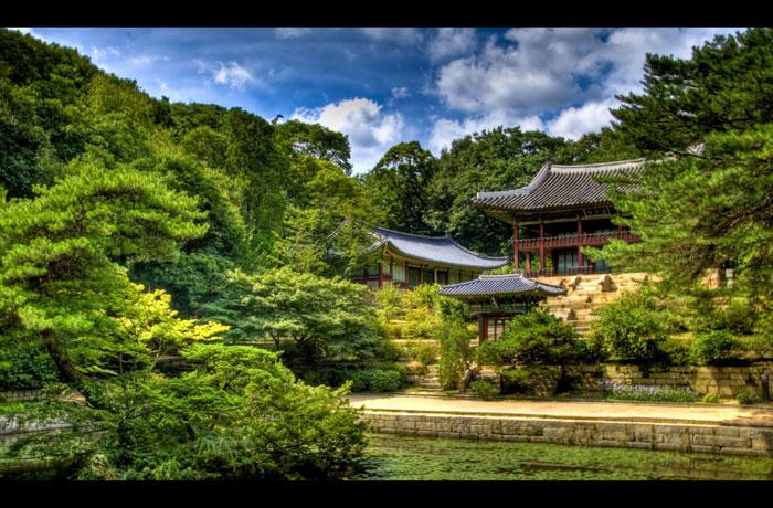 Không chỉ là một công trình kiến trúc tuyệt đẹp với giá trị lịch sử, văn hóa cao, Cung điện Changdeokgung còn là một trong số những công trình kiến trúc hoàn hảo trong việc kết hợp giữa yếu tố môi trường thiên nhiên và nhà ở...