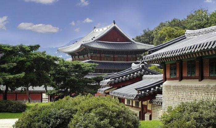 Có thể thấy cảnh quan vườn, hồ nước trong khuôn viên cung điện được tính toán và thiết kế hoàn hảo