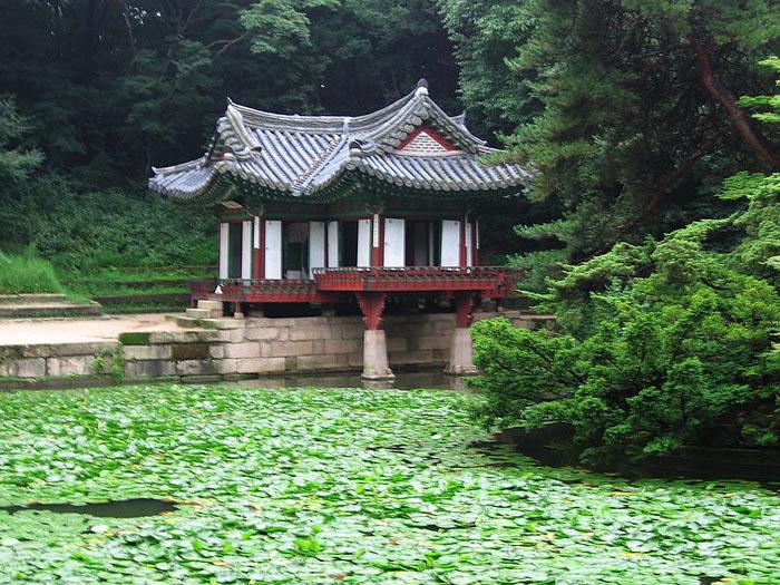 Đây là ví dụ tiêu biểu cho thiết kế vườn và lối kiến trúc cung điện Đông Á